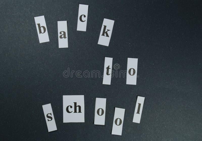 Подпишите, назад к ` школы на черной предпосылке стоковое изображение rf