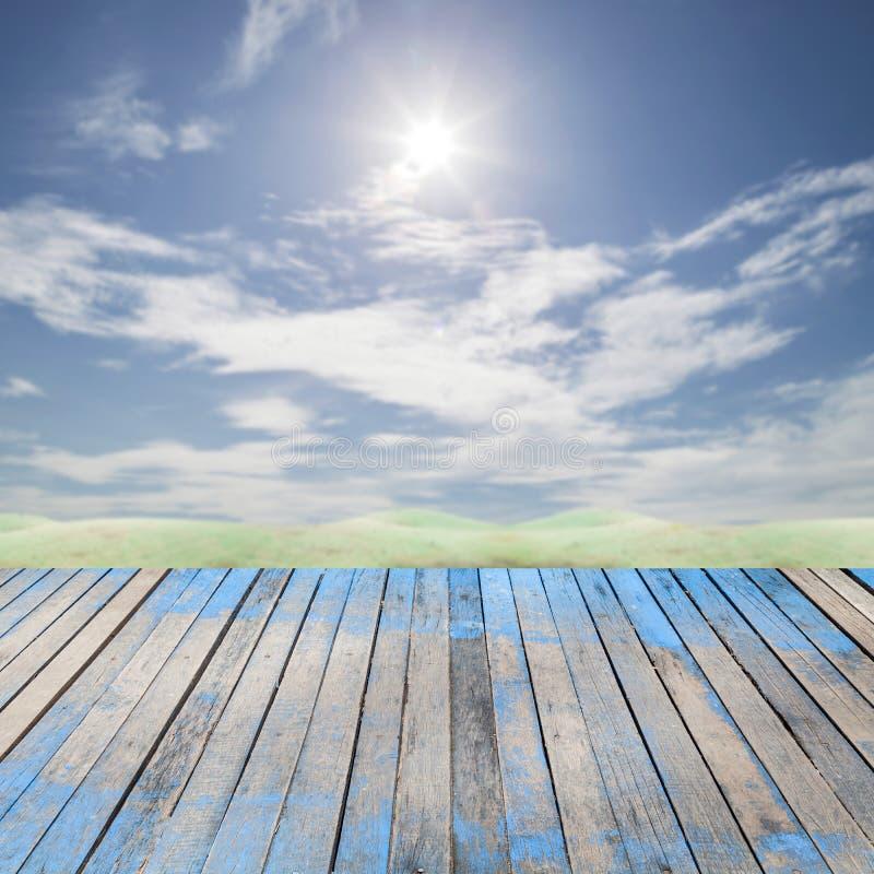 Пол планки перспективы деревянный на предпосылке неба для дизайна, задней стоковые фото