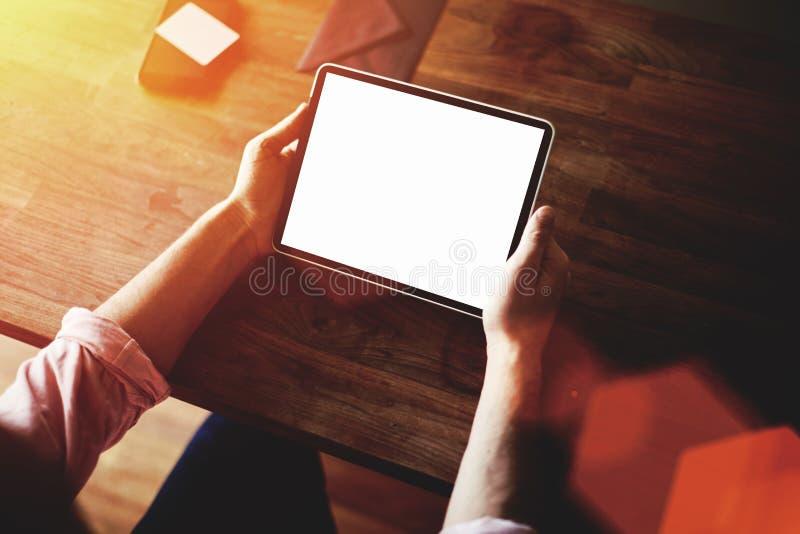 Подрезанный взгляд съемки рук человека держа цифровую таблетку с пустым экраном космоса экземпляра для ваших текстового сообщения стоковое изображение