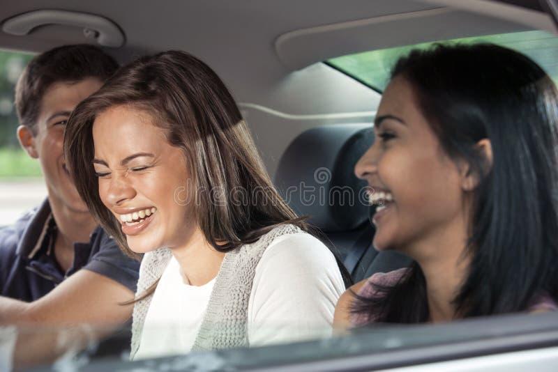 Подростки ехать в автомобиле стоковое изображение rf