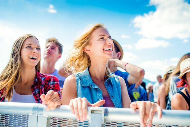 Подростки на танцах и петь музыкального фестиваля лета стоковые фотографии rf