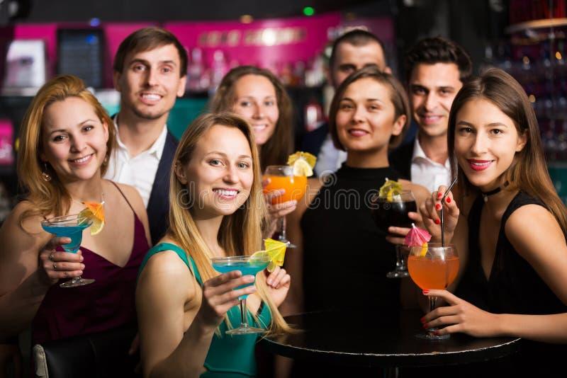 Подростки празднуя конец встречи стоковые фотографии rf