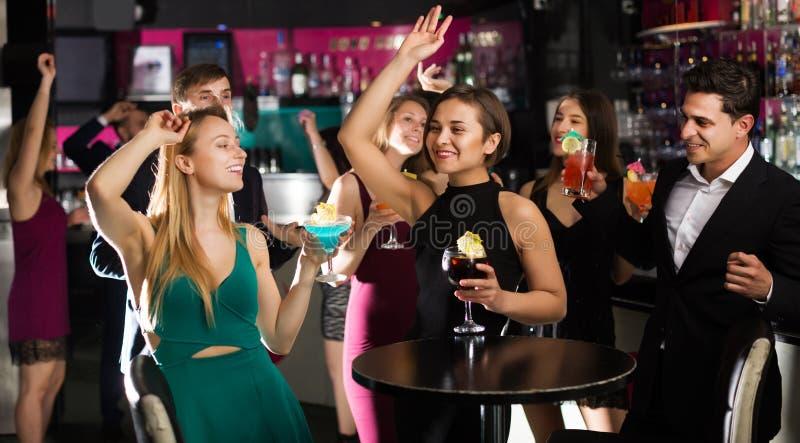 Подростки празднуя конец встречи стоковая фотография rf