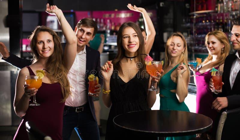 Подростки празднуя конец встречи стоковые фото