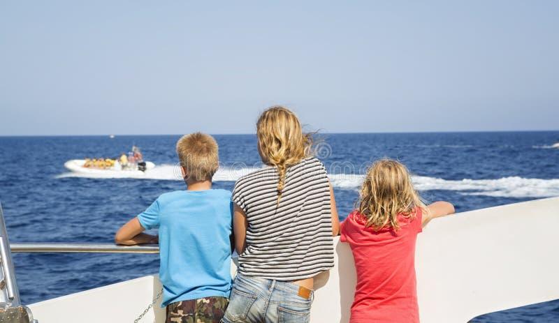 Подростки смотрят море от палубы шлюпки стоковое изображение rf