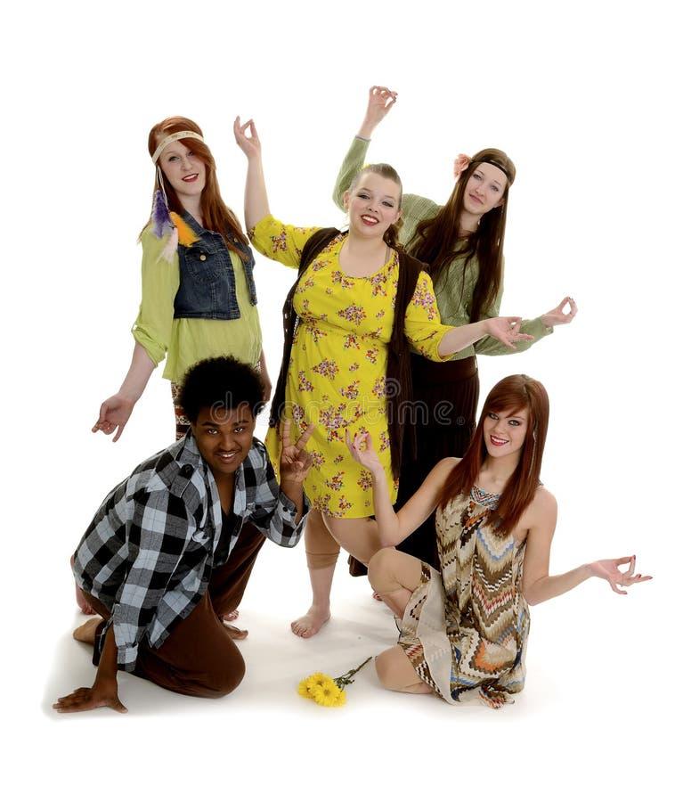 Подростковая группа в составе мирные хиппи стоковые фото