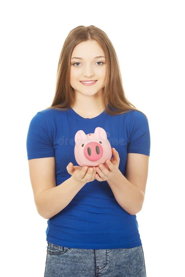 Подростковая женщина держа piggybank стоковая фотография rf