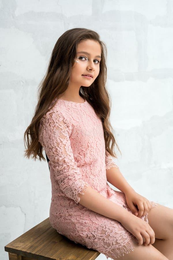 Подросткового возраста девушка в платье шнурка против кирпичной стены стоковая фотография rf