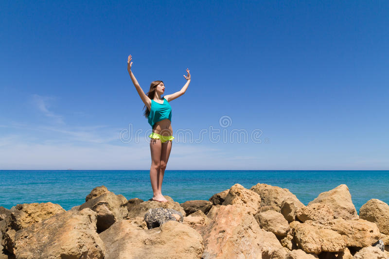 Подростковое брюнет жизнерадостное в beachwear наслаждается стоковое фото rf