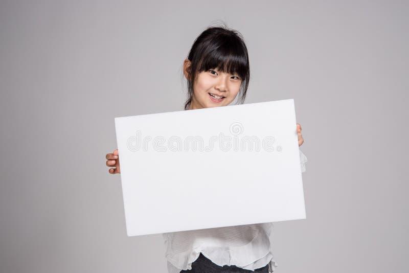 Подростковый азиатский изолированный всход портрета студии ребенка девушки - стоковые изображения rf