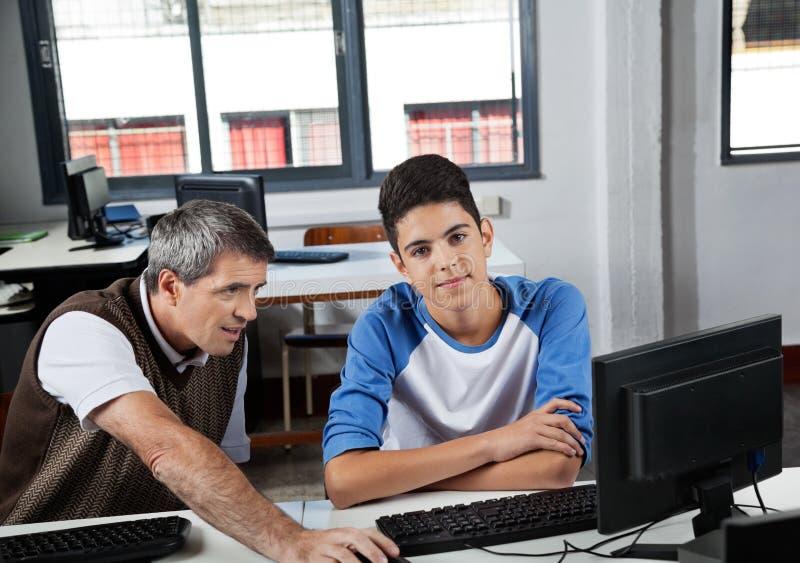 Подростковый школьник с учителем стоковое изображение rf