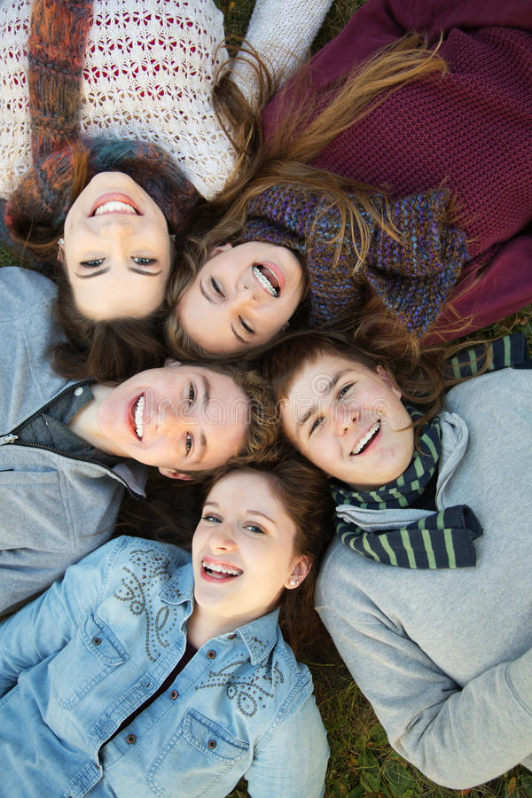 5 подростков близко друг к другу стоковое фото rf