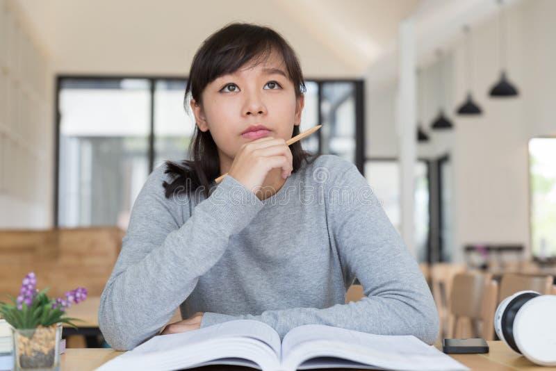 подросток азиатской девушки женский изучая на школе Студент читая b стоковое изображение