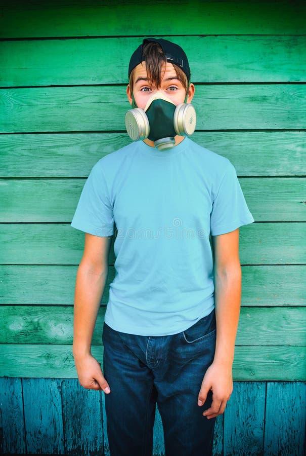 Подросток в маске противогаза стоковые фотографии rf