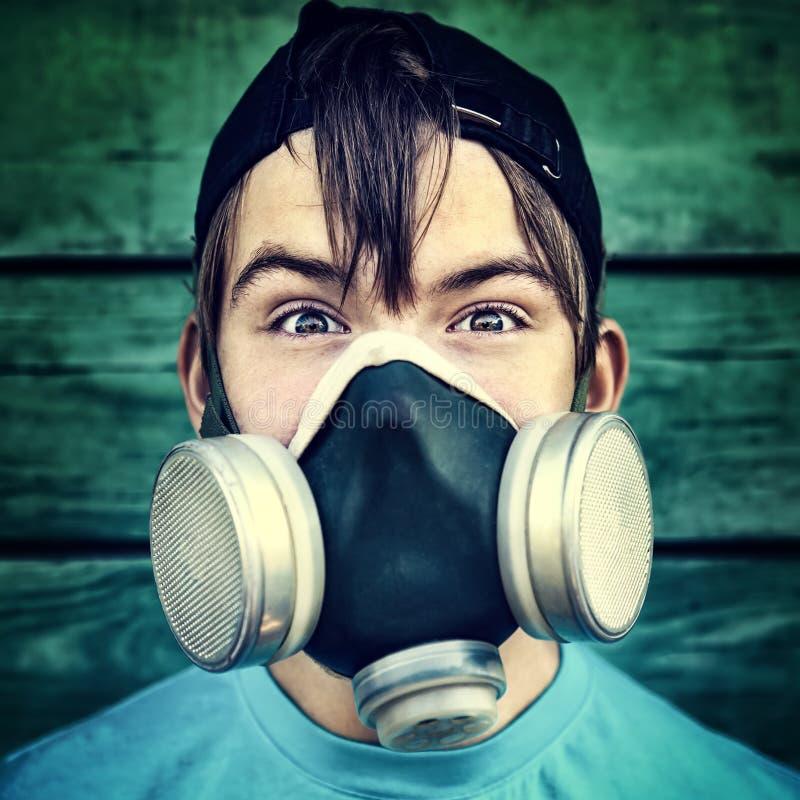 Подросток в маске противогаза стоковая фотография rf