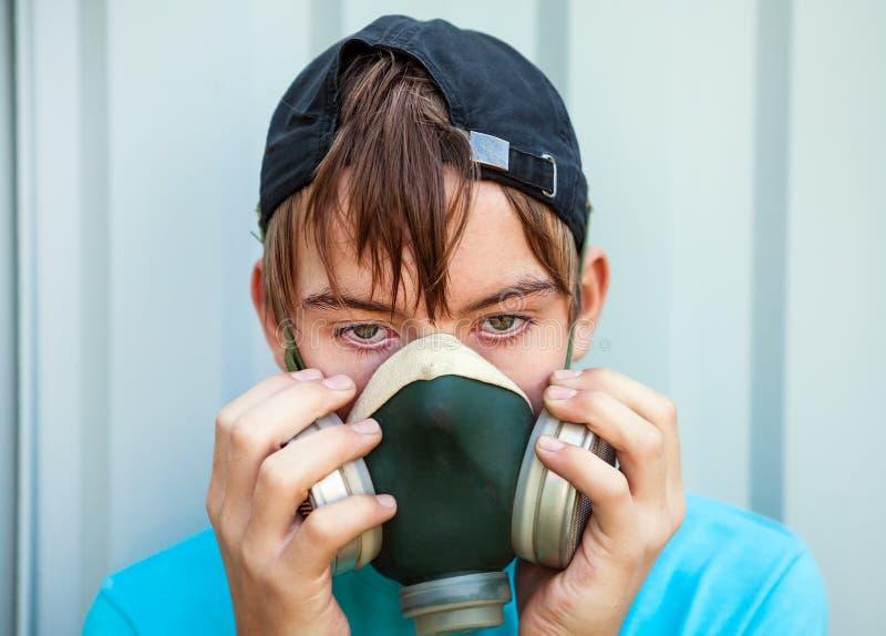 Подросток в маске противогаза стоковые изображения