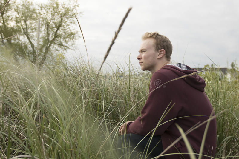 Подросток в открытом поле моля стоковая фотография rf