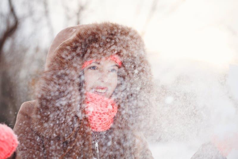 Подросток девушки в зиме стоковое изображение
