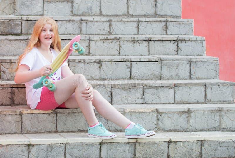 Подросток девушки с скейтбордом на лестницах стоковые фотографии rf