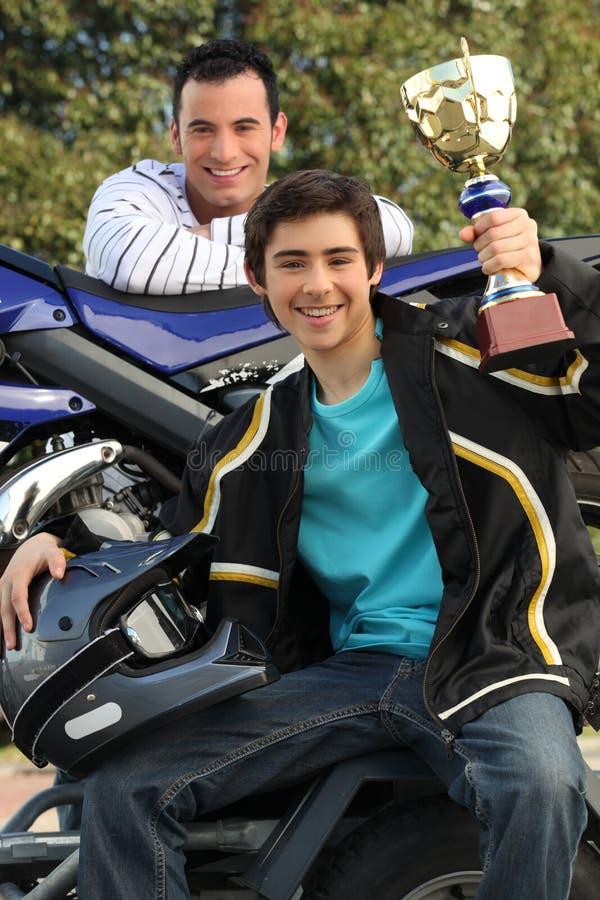 Подросток задерживая трофей стоковое фото rf