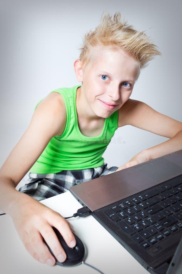 Подросток за компьютером стоковые фотографии rf