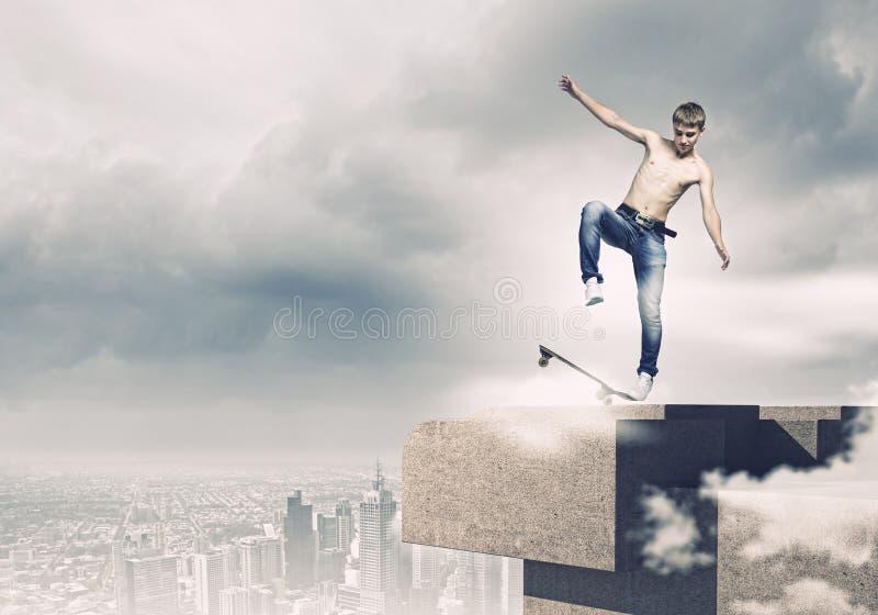 Подросток на скейтборде стоковые фото