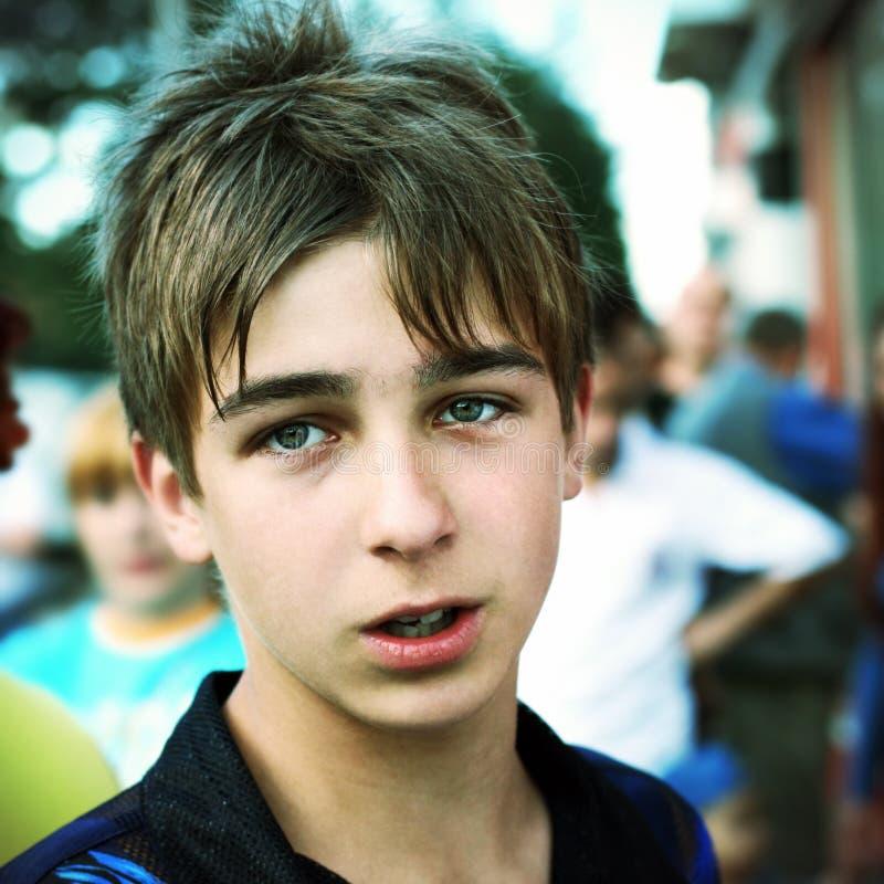 Подросток на улице стоковое изображение rf