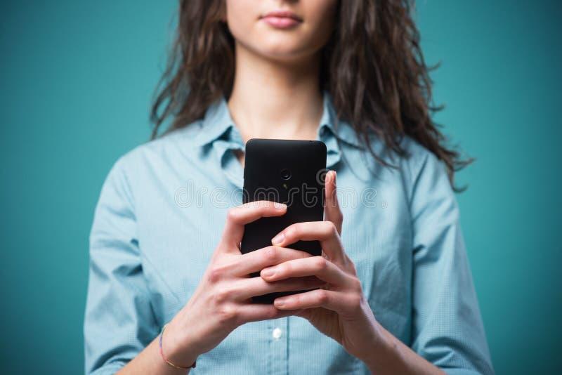 Подросток отправляя СМС на черни стоковые фотографии rf