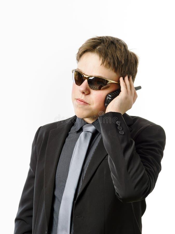 Подросток представляя как гвардеец с передатчиком радио стоковое изображение