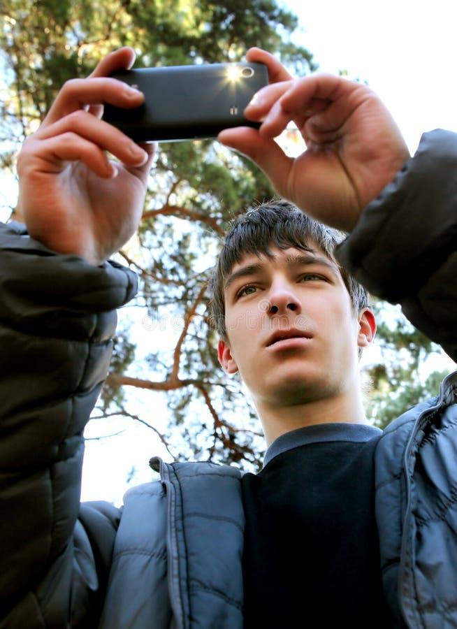 Подросток принимает фото с мобильным телефоном стоковые изображения rf