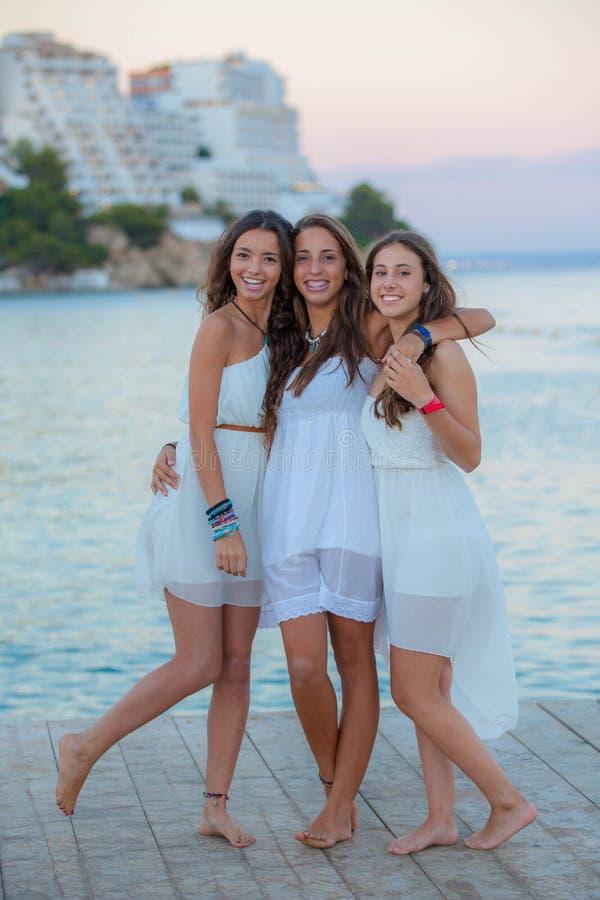Подросток смешанной гонки на летних каникулах стоковое фото