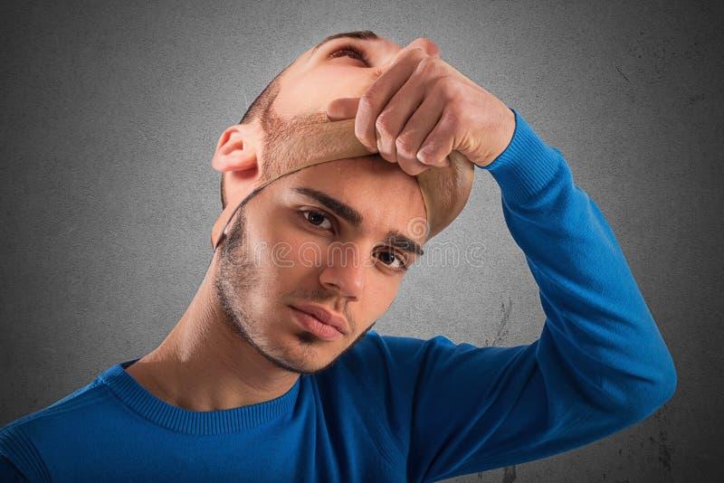 Подросток с взрослой маской стоковые фото
