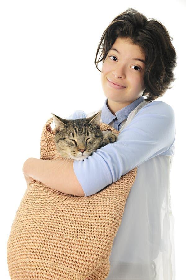 Подросток с котом в ее сумке стоковая фотография rf