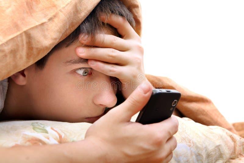 Подросток с мобильным телефоном стоковые изображения rf