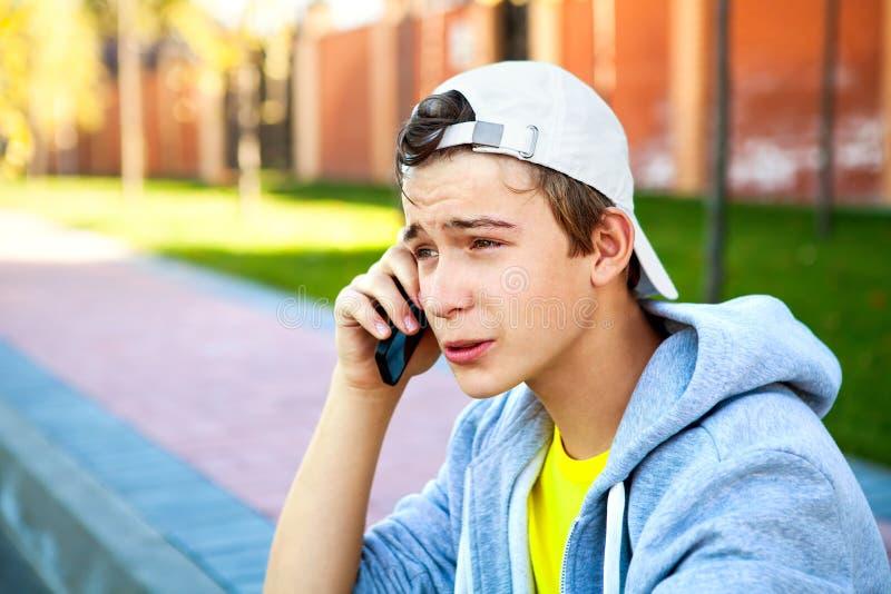 Подросток с мобильным телефоном стоковое изображение rf