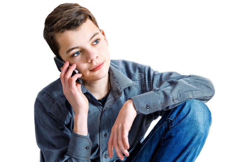 Подросток с ручкой в руке Подросток с подсчитывая машиной в его руке Дело денег школьника красивейшая персона Карандаш стоковое изображение rf