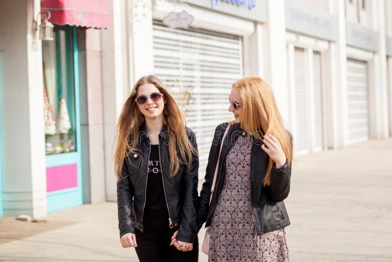 2 подруги битника вися вне в городе стоковые фотографии rf