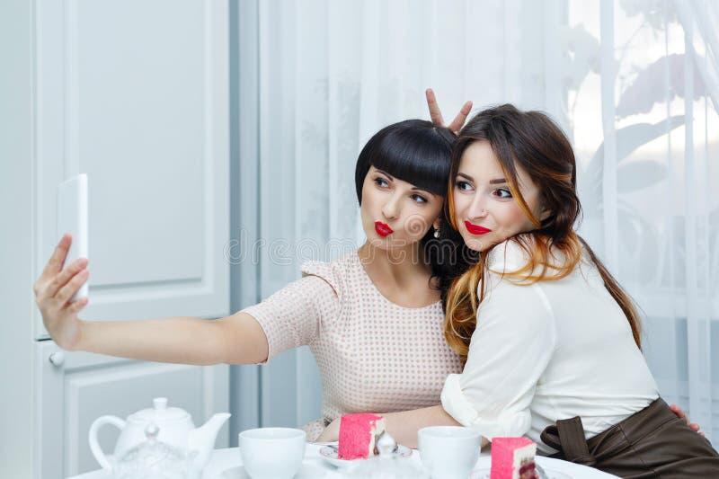 Подруги делая selfie женщина чая партии пить ослабляя стоковые изображения rf