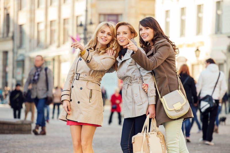 3 подруги показывая что-то интересное стоковая фотография rf