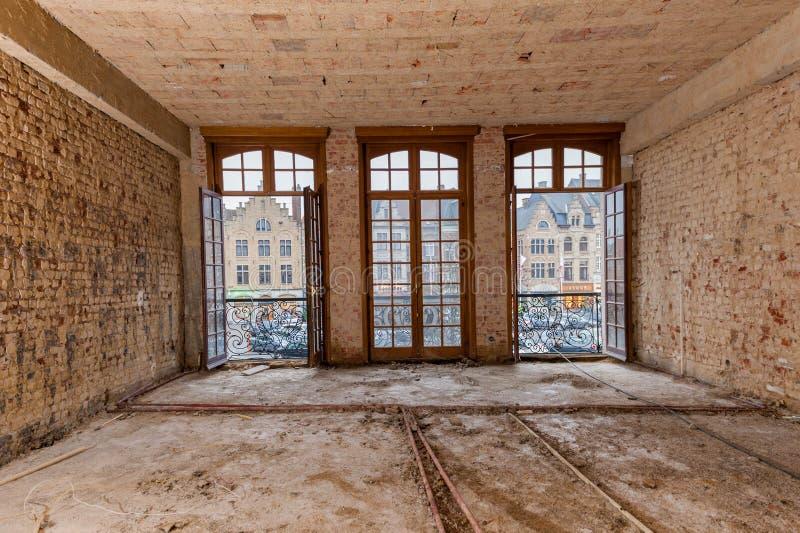 Подрывание и ремонтные работы в старой квартире стоковая фотография