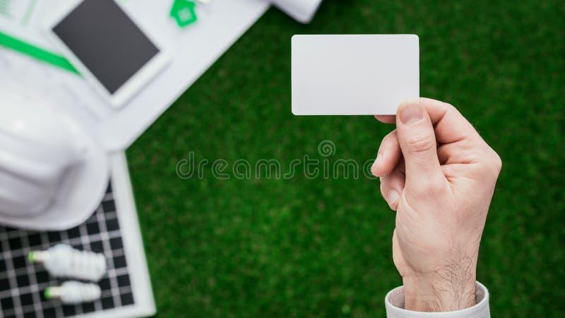 Подрядчик держа визитную карточку стоковое фото rf