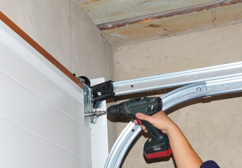 Подрядчик устанавливая дверь гаража стоковое изображение rf