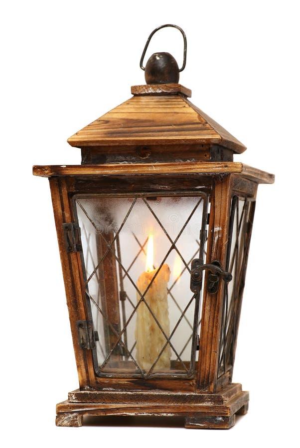 Подсвечник горящей старой свечи винтажный деревянный белизна изолированная предпосылкой стоковое фото