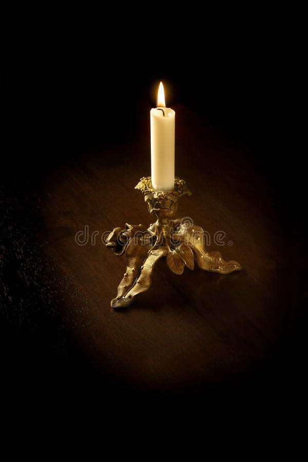 подсвечник золотистый стоковое изображение rf