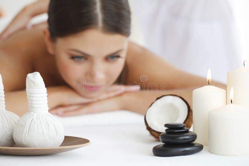 получать женщину спы массажа стоковое фото rf
