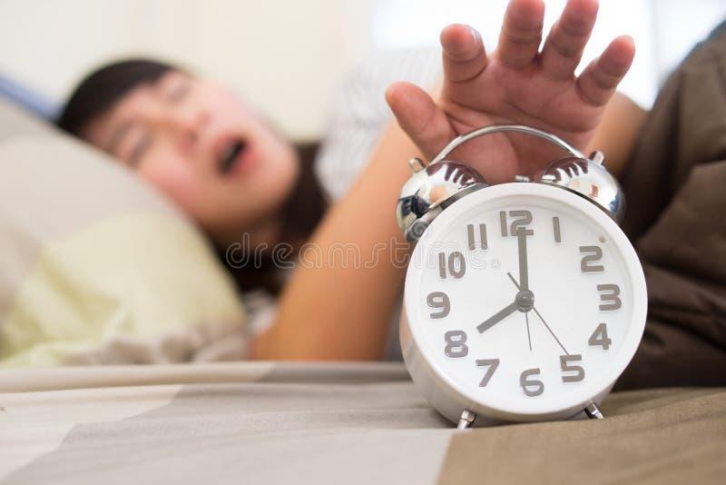 Получать молодой женщины усилил о просыпать вверх слишком раньше стоковые изображения