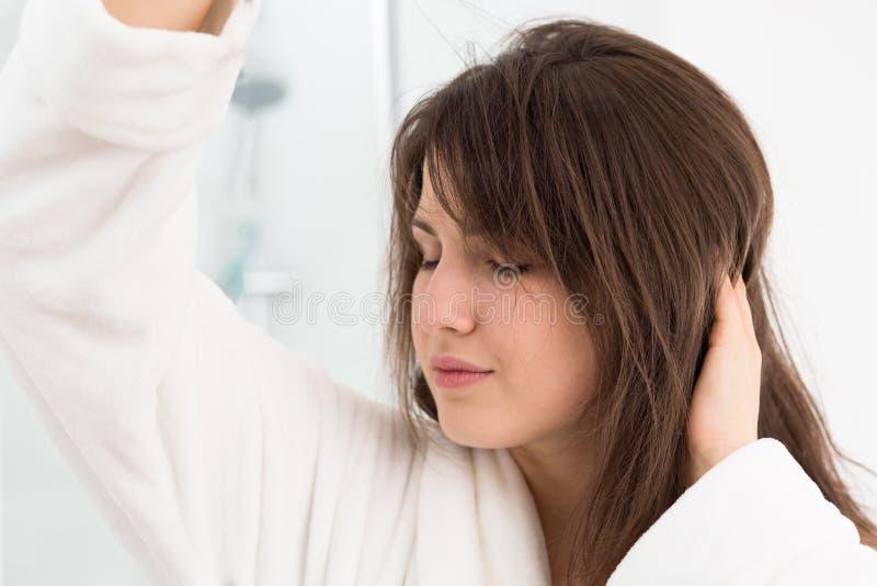 Получающ волосы высушенный стоковая фотография rf