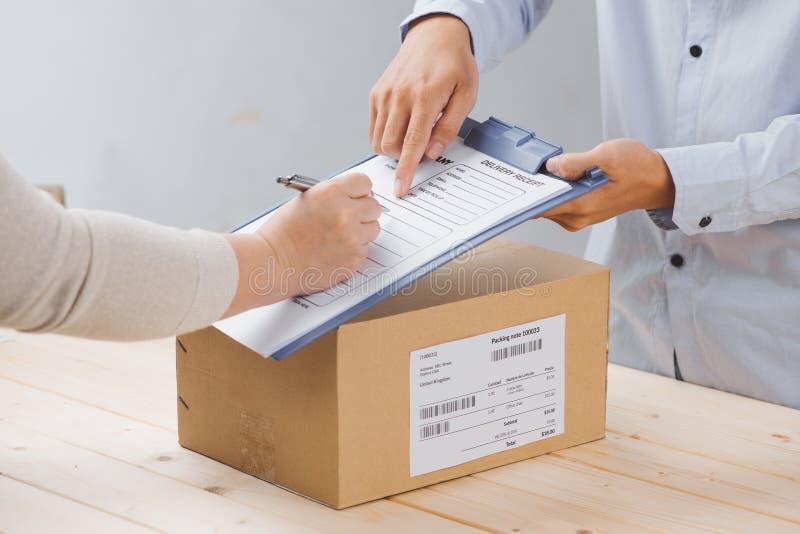 Получение подписания женщины пакета поставки, конца вверх стоковые изображения rf