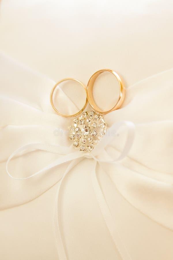 подушка золота звенит венчание стоковые изображения