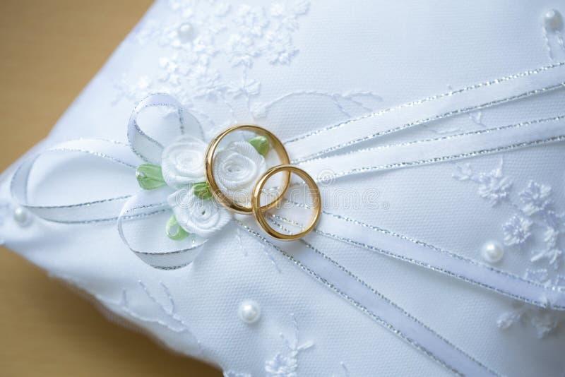 подушка золота звенит венчание стоковое изображение rf